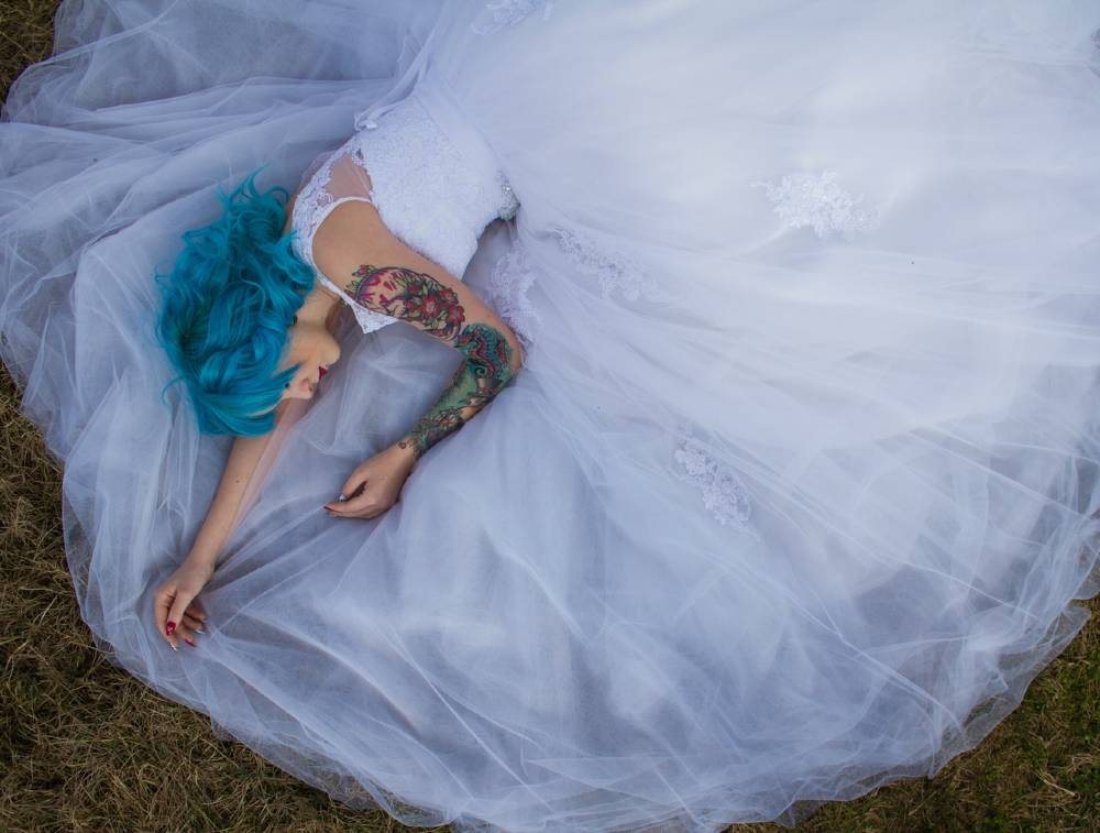 bride with blue hair and tattoo